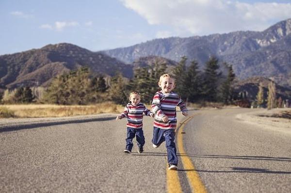Jedno z dvojčat je náročné dítě